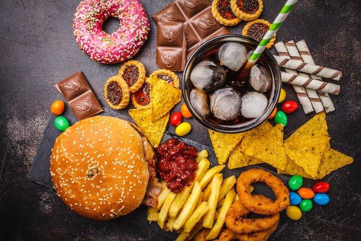 El exceso de grasas y azucares dificulta la digestion.
