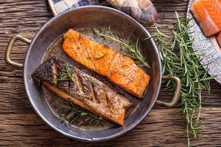 El salmon contribuye en la sintesis de la vitamina D.