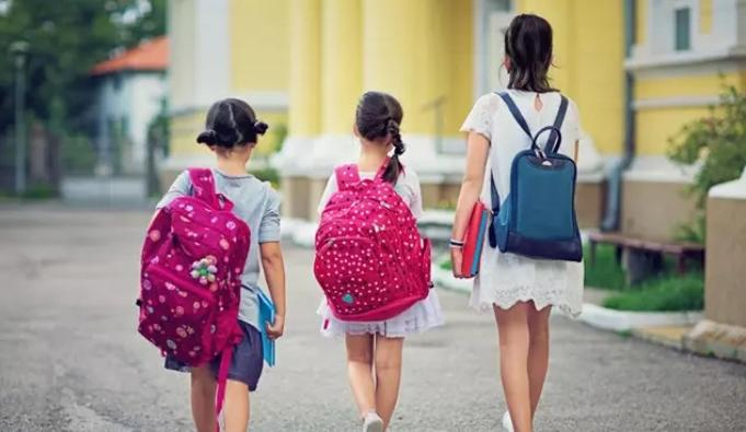 ¿El peso de las mochilas provoca escoliosis en los niños?