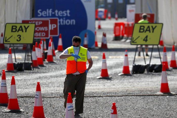 Gran Bretaña impone mayores restricciones a comercios y ciudadania ante aumento de casos de COVID-19