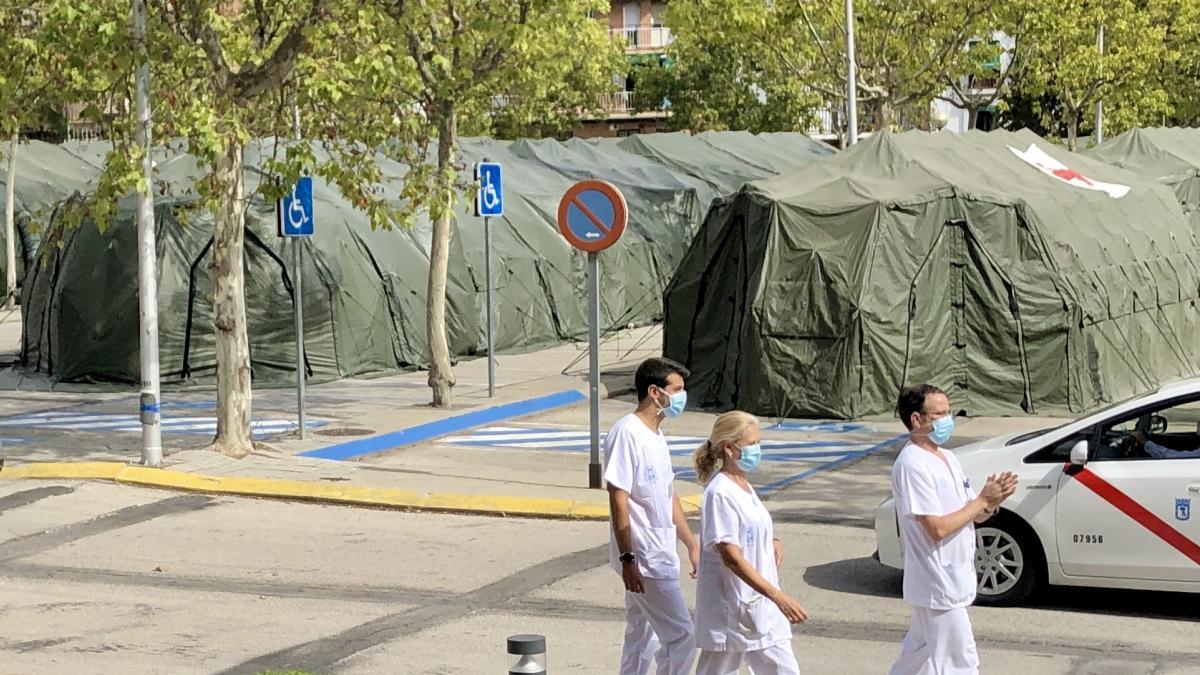 Tres sanitarios en el exterior del Hospital Gomez Ulla de Madrid, en septiembre de 2020.