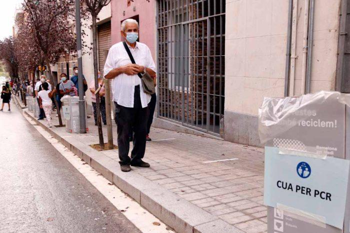 La incidencia acumulada de la covid-19 baja en Barcelona