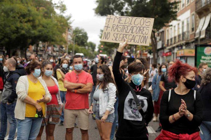 Miles de vecinos de los barrios confinados de Madrid protestan frente a los centros de salud