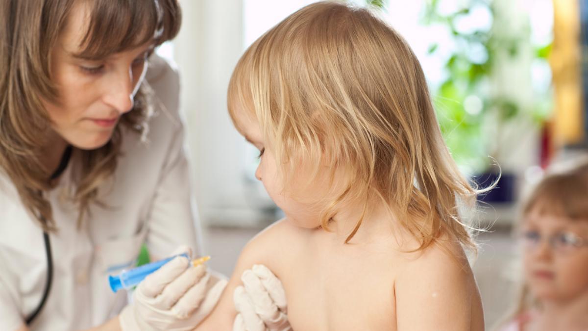 Si uno de los progenitores se niega a vacunar a su hija o hijo, ¿que se debe hacer?
