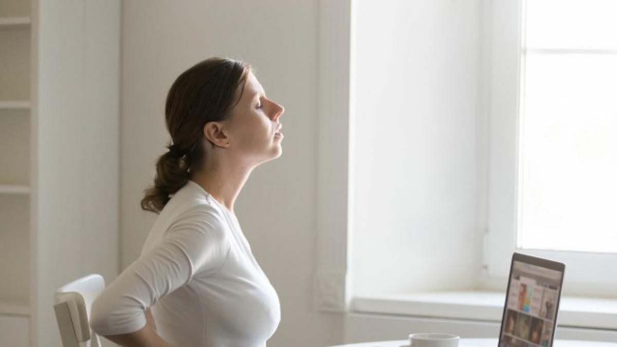 Las malas posturas en el trabajo suelen ser las culpables de muchos dolores de espalda.