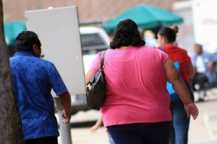 Medicos estudian por que la obesidad pudiera agravar COVID-19