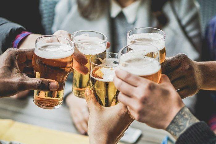 El consumo leve de alcohol tambien sube el riesgo de obesidad y sindrome metabolico