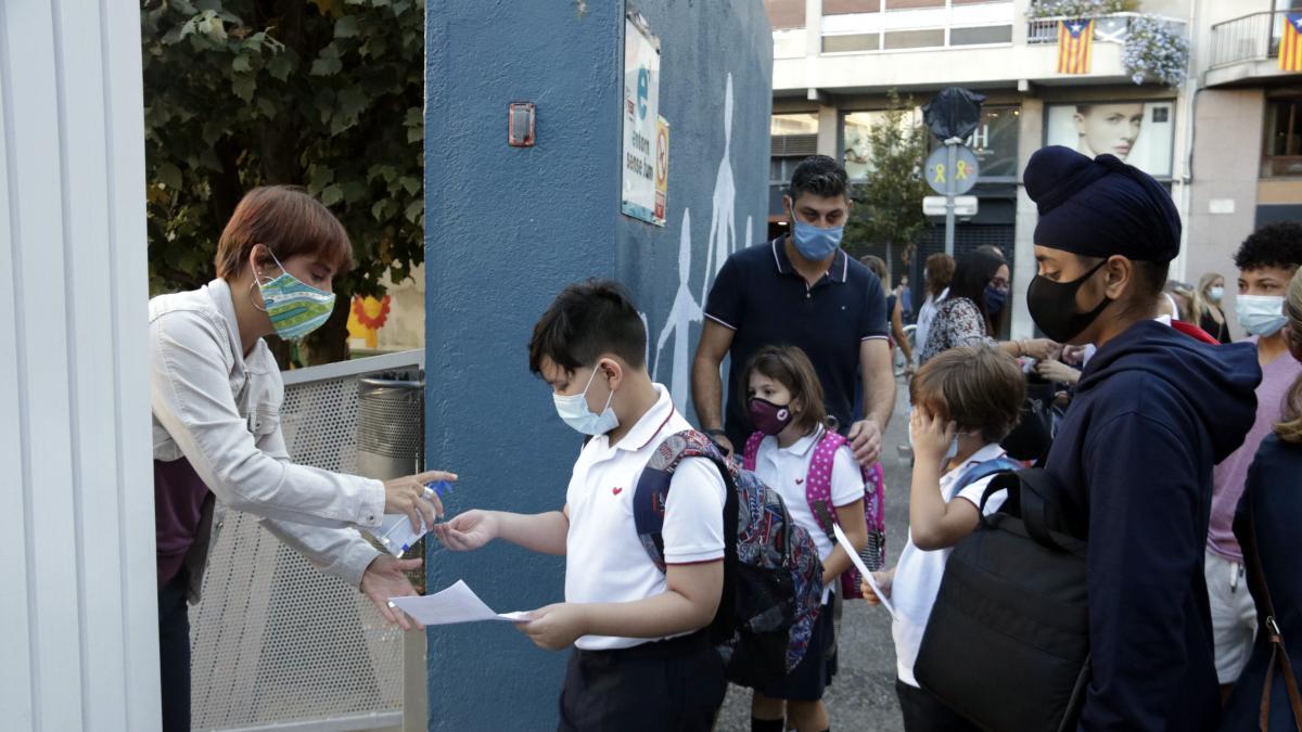 Gel hidroalcoholico para cada alumno que entra en la escuela Vedruna de Girona.