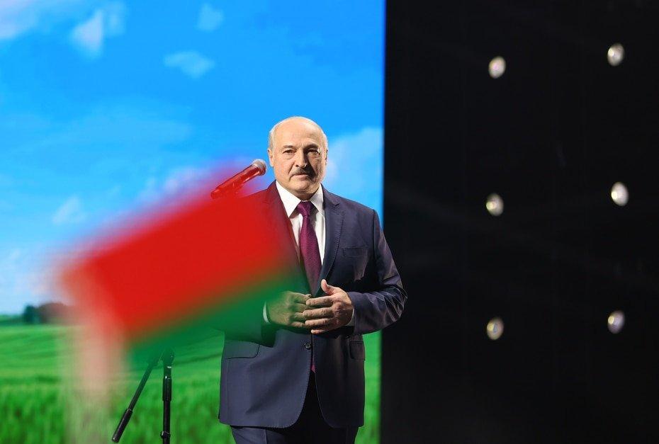 """Bielorrusia - Alexander Lukashenki: El presidente de Bielorrusia, quien resto importancia a las preocupaciones acerca del virus calificandolas de """"psicosis"""" y recomendo beber vodka para mantenerse sano, dijo en julio que habia contraido el virus pero que era asintomatico."""