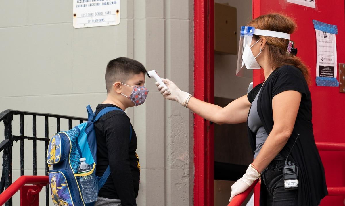 Las autoridades en Nueva York y Los Ángeles someteran a estudiantes y docentes a pruebas de COVID-19