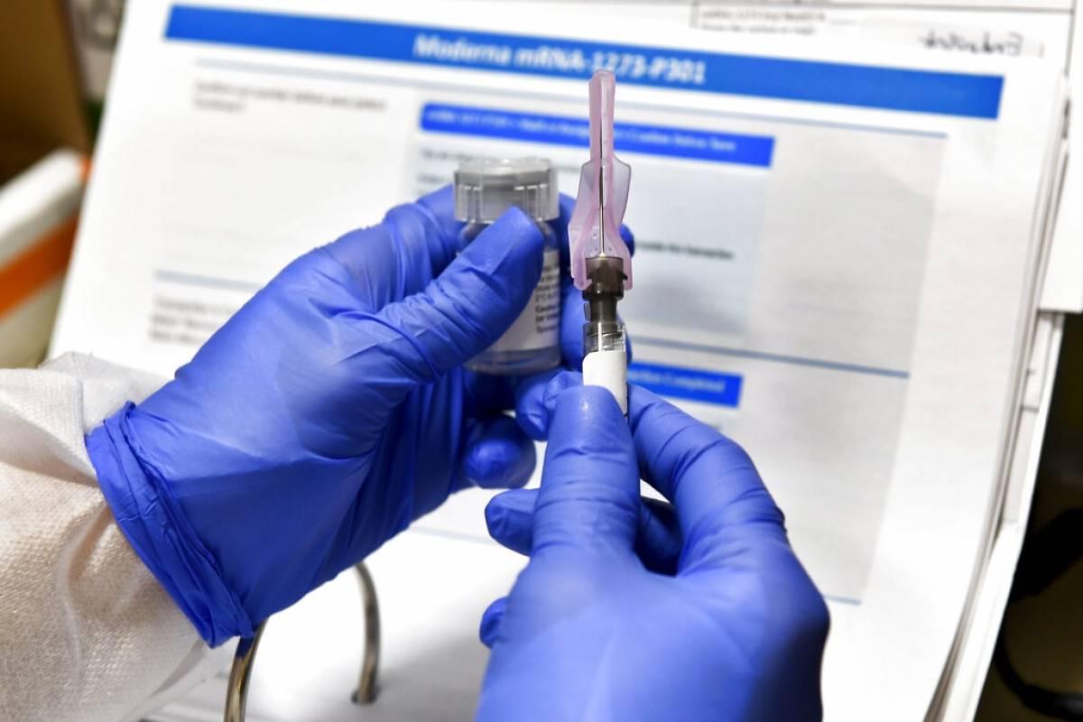 Funcionario contradice a Trump y dice que vacuna contra COVID-19 llegaria en enero