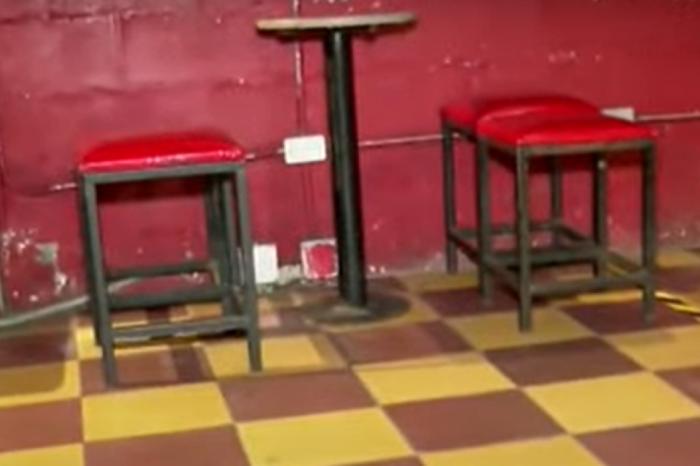 Vea como se contagia el COVID-19 en un salon social, un bar y un aula de clases