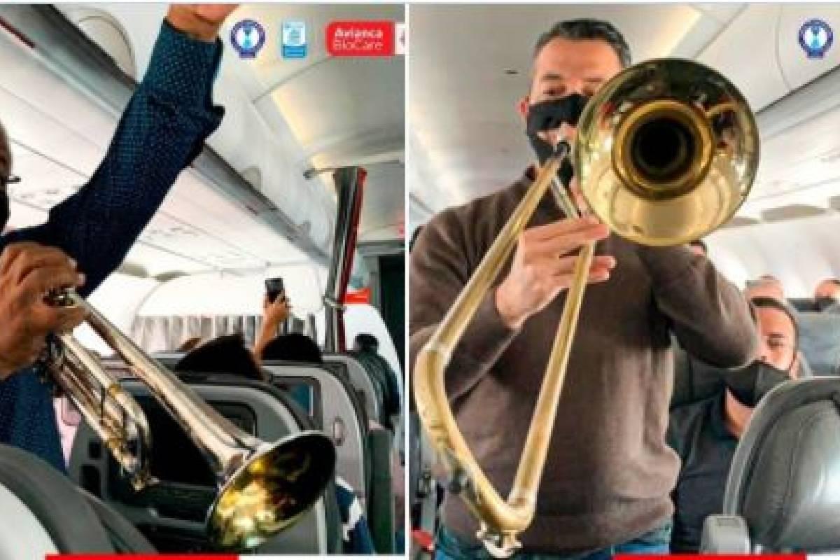 Llueven criticas a aerolinea por concierto en vuelo con musicos que no podian tener todo el tapabocas