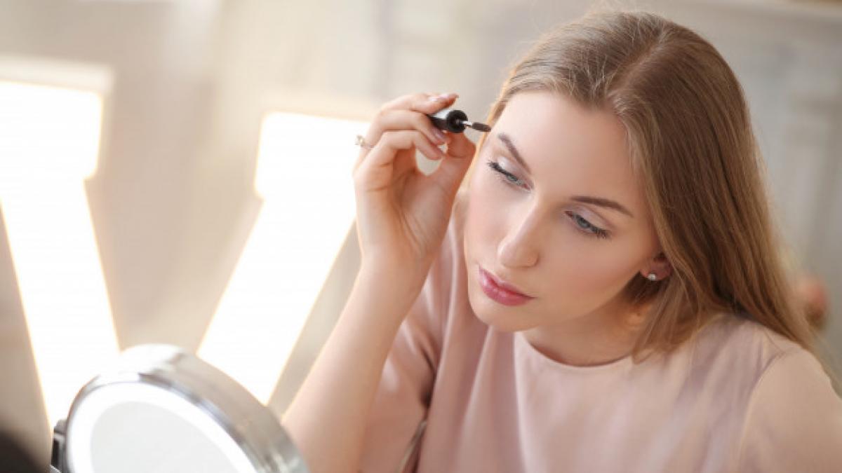 El secreto para conseguir un maquillaje impecable es este espejo con luces LED que hoy cuesta menos de 18 euros