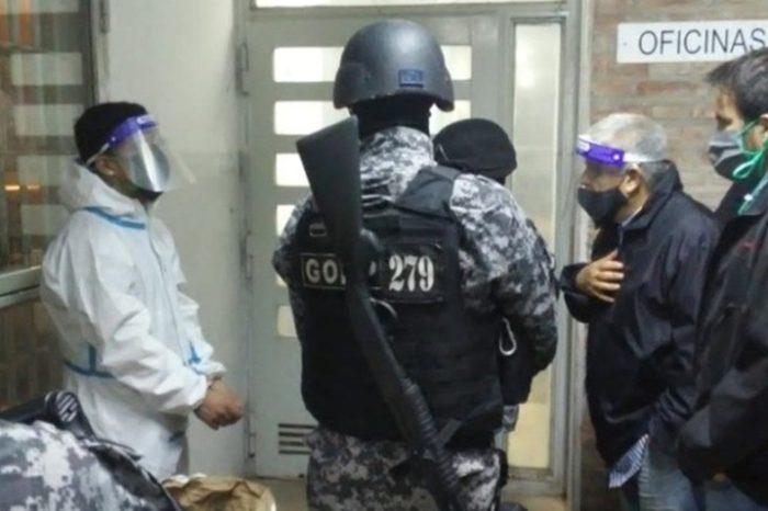 Un preso con coronavirus tomo de rehen a un guardiacarcel y uso un arma blanca para retenerlo