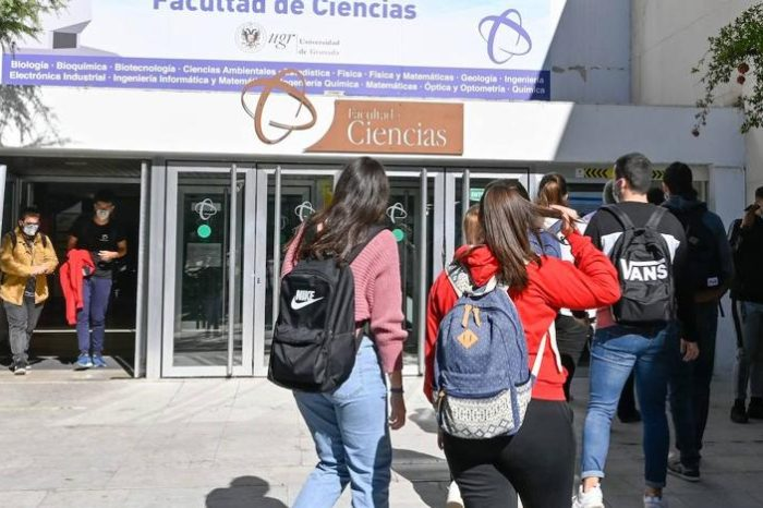 El Gobierno descarta por ahora cambiar el protocolo para las universidades