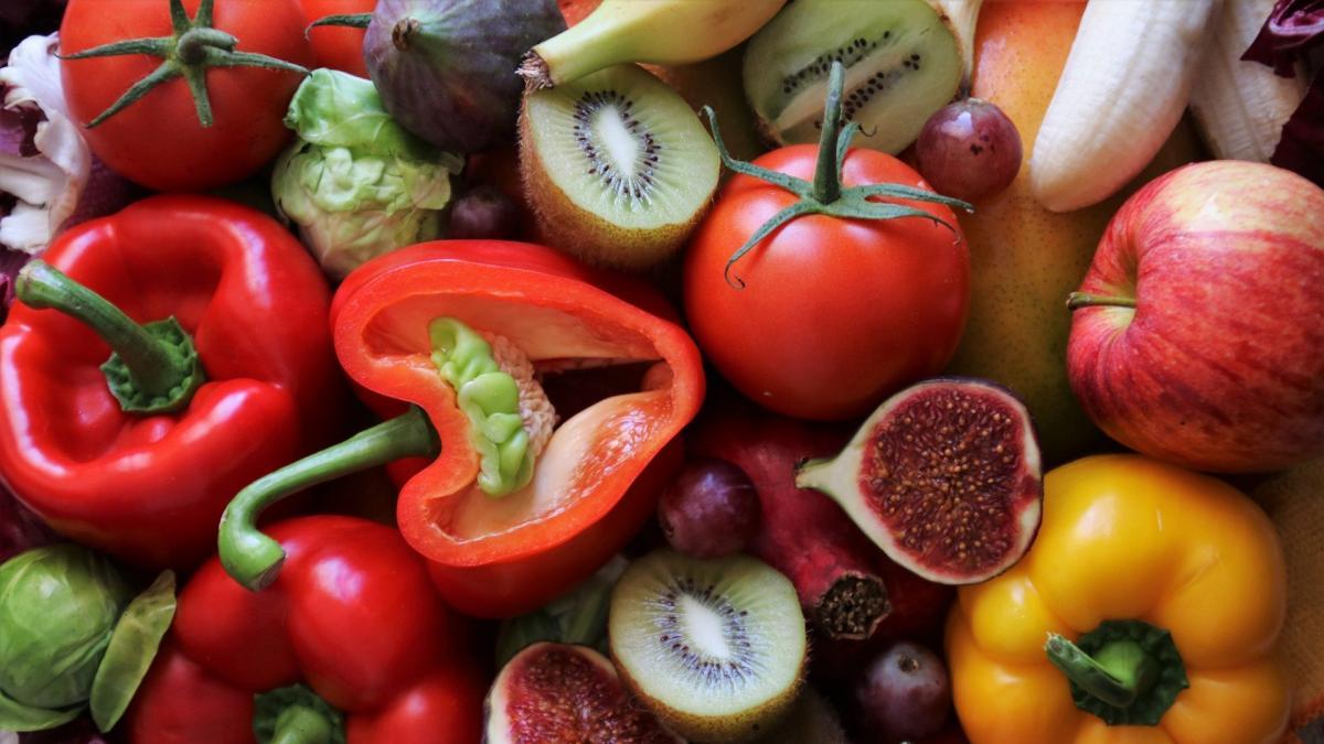 Muchos vegetales, como los pimientos, los kiwis o los citricos, son una gran fuente de vitamina C.