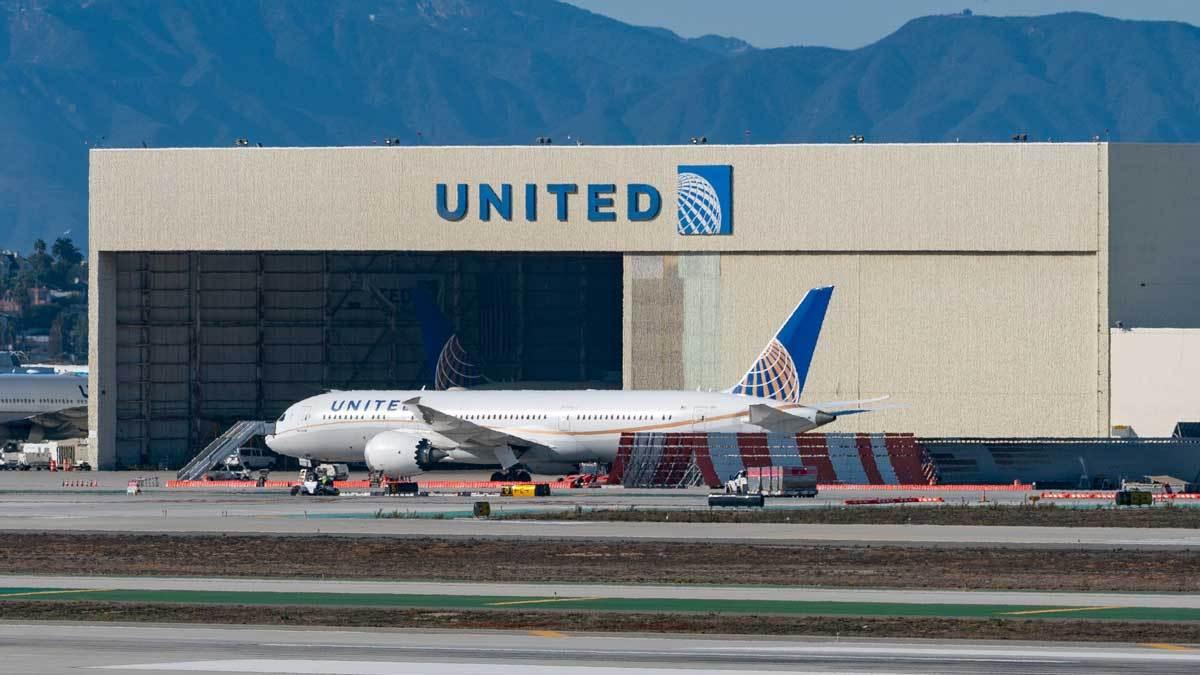 WSJ: United inicia vuelos que transportan vacuna contra el COVID-19 de Pfizer