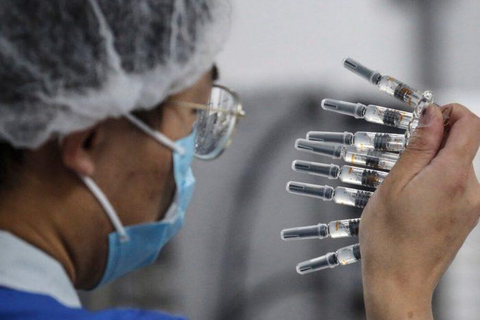 Las farmaceuticas pueden ganar $50,000 millones si la mitad de la poblacion se vacuna contra el COVID-19