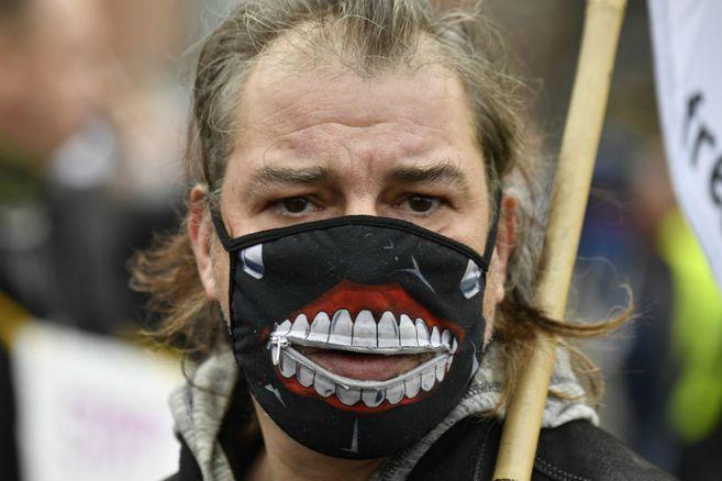 """Desde neonazis hasta pacifistas en el movimiento """"antimascarillas"""" en Alemania"""