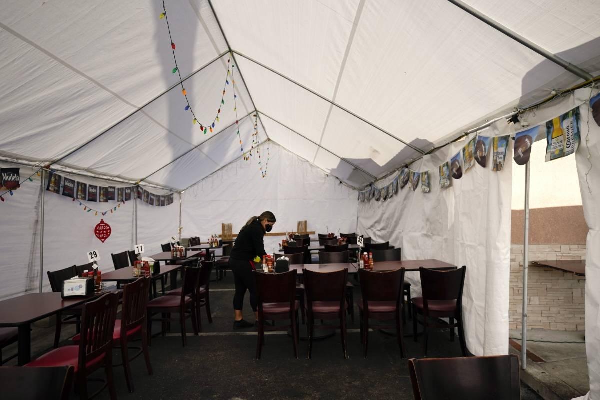 Los Ángeles prohibe a restaurantes tener servicio de comedor