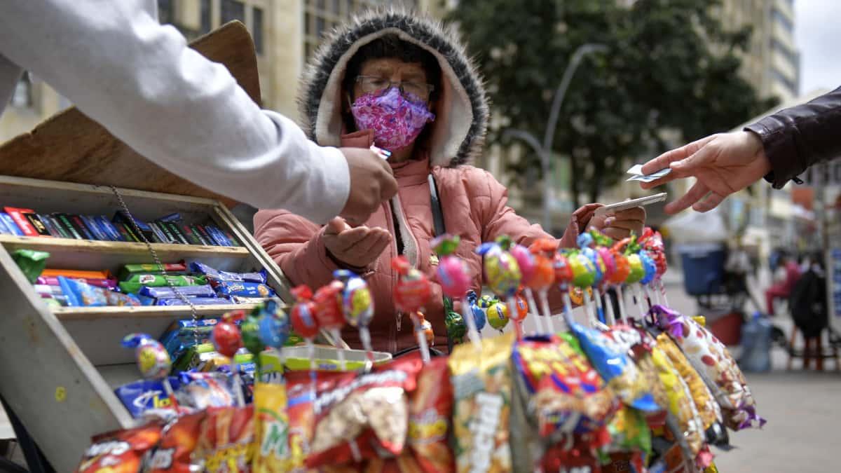 Cerca de 3 de cada 10 pruebas analizadas este domingo en Colombia resultaron positivas para coronavirus