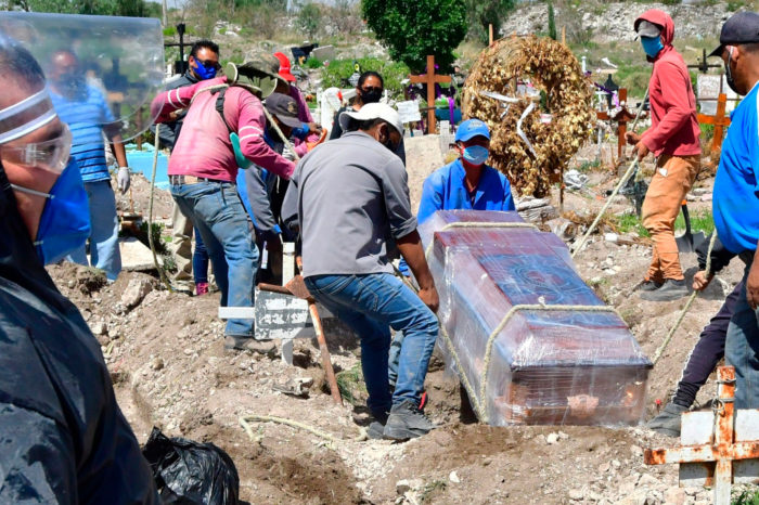 Mexico enfrenta un panorama poco alentador con mas de 100,000 decesos