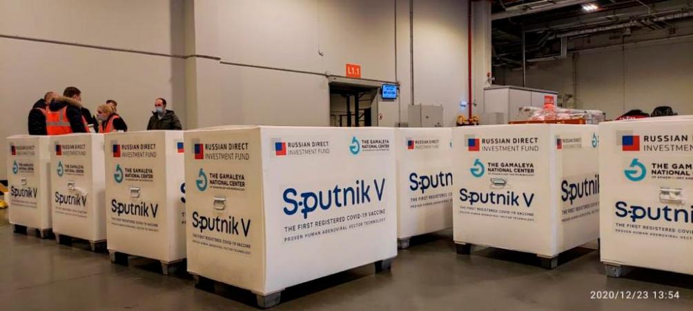 Las vacunas Sputnik V, a punto de ser cargadas en el avion de Aerolineas.