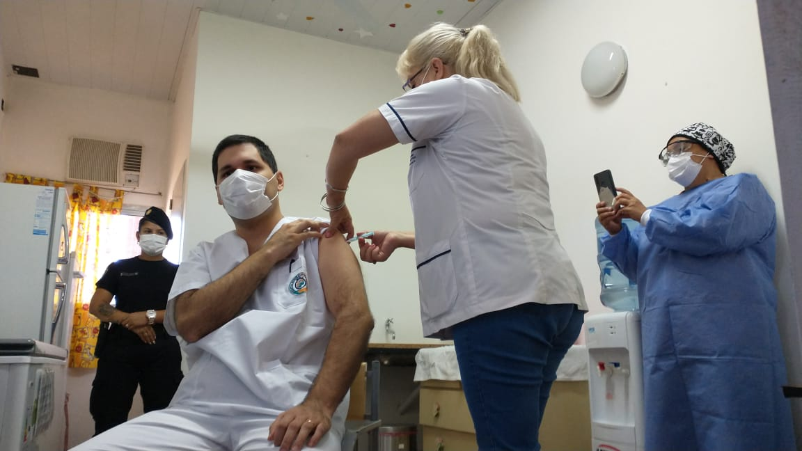El jefe de Terapia Intensiva del hospital de Fatima es el primer misionero que recibio la vacuna contra el coronavirus