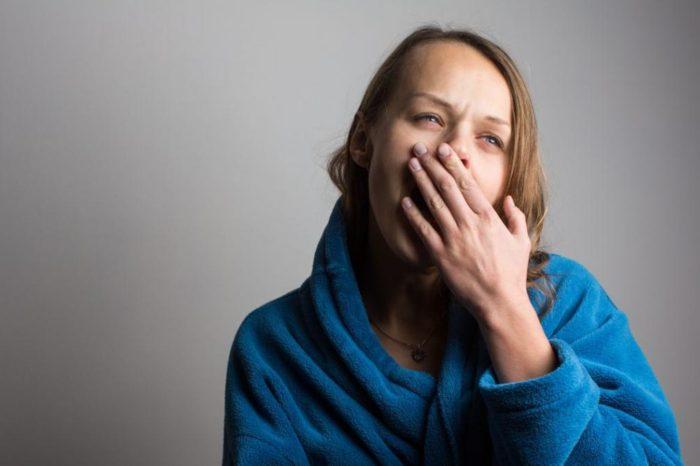 Me duele la garganta al bostezar: ¿cuales pueden ser las causas?