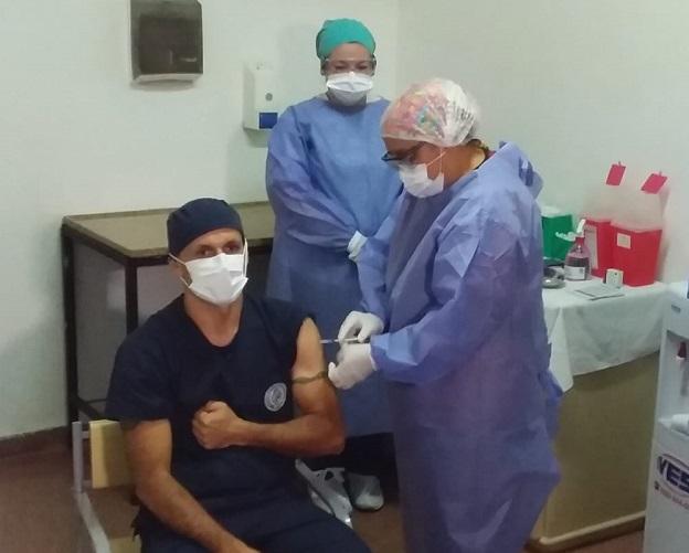 """Coronavirus: medicos y enfermeros de unidades criticas de Misiones recibieron """"con esperanza"""" la segunda dosis de la vacuna rusa y revelaron que les causa indignacion """"ver personas que no usan barbijo"""""""