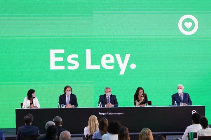 """Alberto Fernandez promulgo la ley del aborto: """"Estamos haciendo una sociedad mas igualitaria y mas justa"""""""