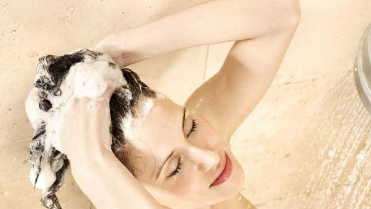 El error que cometemos al aplicarnos champu cuando nos lavamos el pelo, segun una peluquera