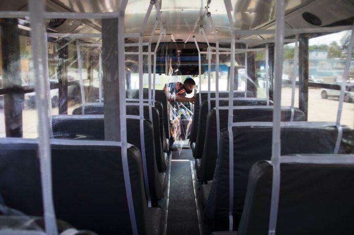 Cortinas de plastico, termometros y sellos en los asientos: asi se acondicionan las guaguas escolares para el regreso a clases