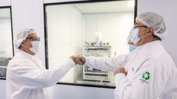 Alberto Fernandez visito el laboratorio mexicano que produce junto a otro argentino la vacuna de Oxford-AstraZeneca para la region