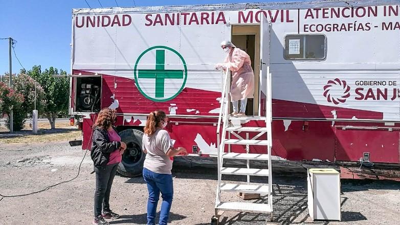 Los traileres sanitarios brindan asistencia en Cochagual tras el terremoto