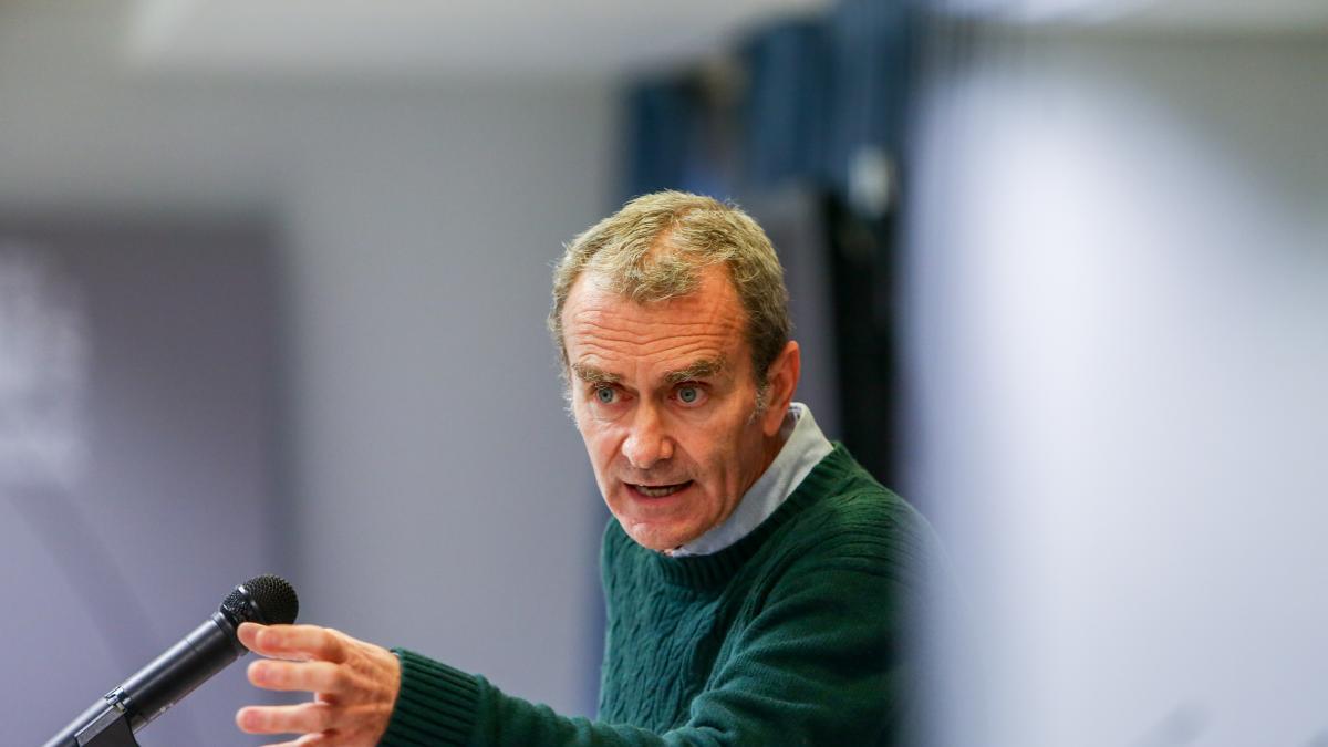 """Simon explica el mayor control a las cepas brasileña y sudafricana y advierte: """"No dejemos que esto se convierta en un infierno"""""""