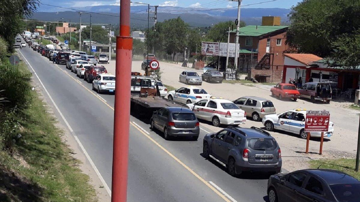 Villa Carlos Paz colapsada: cierran balnearios por desborde de gente