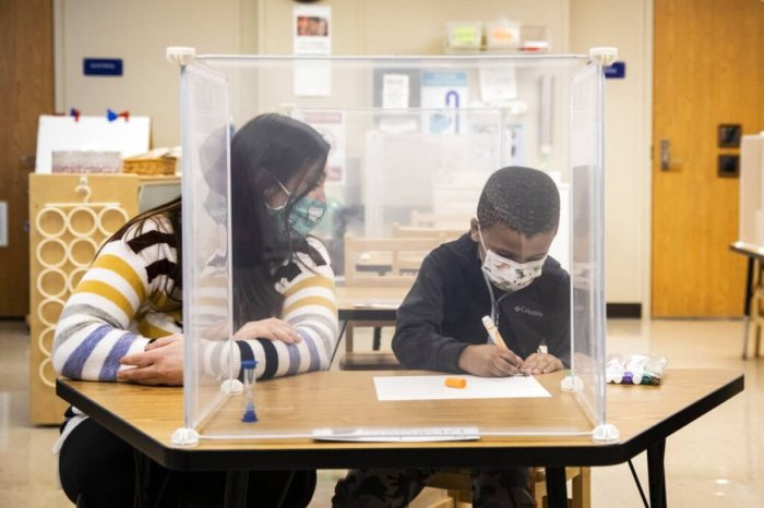 Maestros podrian ser mayor fuente de contagios de COVID-19 en las escuelas que los estudiantes