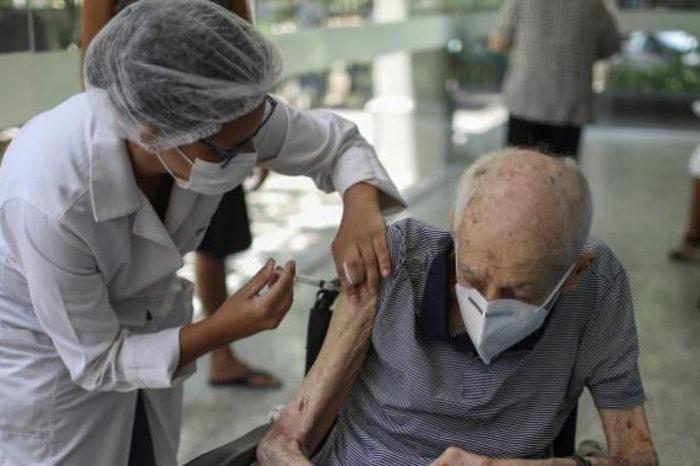 Sanidad estudia no vacunar a los mayores con AstraZeneca