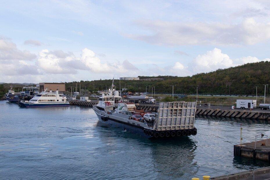 Junto con el ferry de pasajeros, una segunda embarcacion realizo el viaje con vehiculos en su zona de carga.
