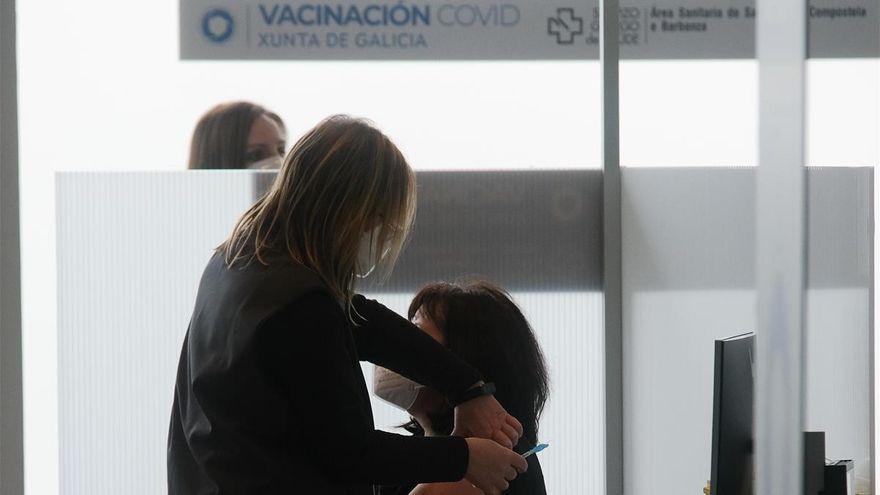 Salut mantiene la vacunacion de AstraZeneca y pide que se autorice su aplicacion a los mayores de 55