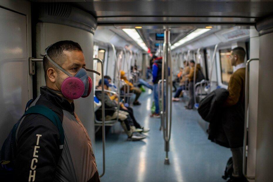En esta fotografia de archivo del miercoles 18 de marzo de 2020, un hombre con una mascarilla para prevenir la propagacion del coronavirus viaja en tren por Barcelona, España. Cuando la Organizacion Mundial de la Salud declaro el coronavirus una pandemia hace un año el jueves 11 de marzo, lo hizo solo despues de semanas de resistir el termino y mantener el virus altamente infeccioso aun podia detenerse. Un año despues, la agencia de la ONU todavia esta luchando por mantenerse al tanto de la ciencia en evolucion de COVID-19, para persuadir a los paises de que abandonen sus tendencias nacionalistas y ayuden a llevar las vacunas donde mas se necesitan.