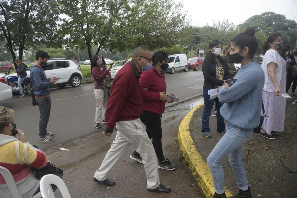Llantos y risas en la vacunacion a las personas con diabetes en Tucuman