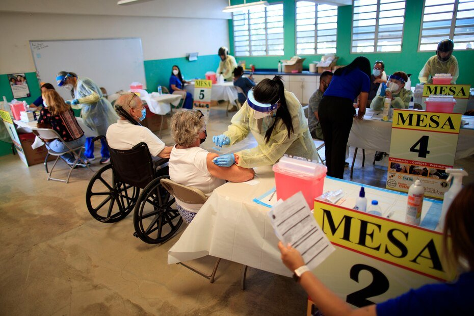 La Guardia Nacional organizo multiples estaciones para atender a las personas que se dieron cita para ser vacunados.