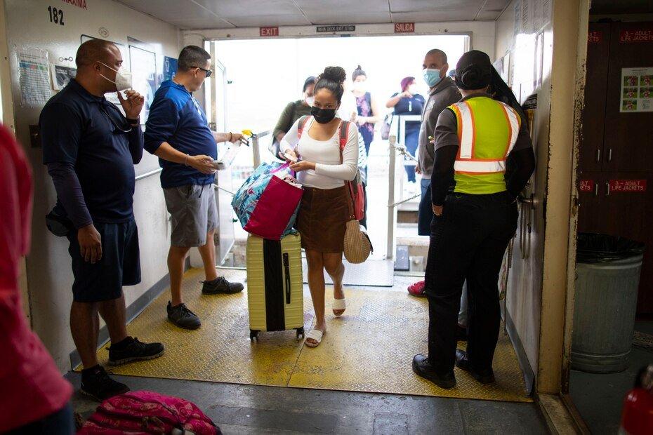 Ademas de tomarle la temperatura a las personas que abordaban, tambien expedian desinfectante de manos antes de permitir que entraran a la embarcacion.