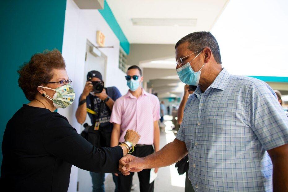 El mandatario saluda a personal de la escuela que se preparaba para iniciar el proceso de vacunacion.