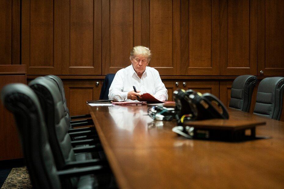 En esta imagen publicada por la Casa Blanca, el presidente Donald Trump trabaja en su sala de conferencias en el Centro Medico Militar Nacional Walter Reed en Bethesda, Maryland, el sabado 3 de octubre de 2020, luego de dar positivo por COVID-19.
