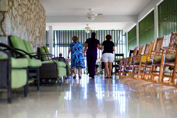 Centros de cuidado prologando y carceles toman medidas para recibir a familiares
