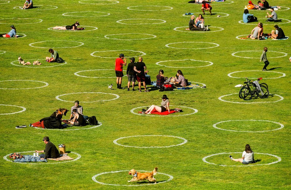 Circulos diseñados para ayudar a prevenir la propagacion del coronavirus fomentando el distanciamiento social en el parque Dolores de San Francisco, el jueves 21 de mayo de 2020.